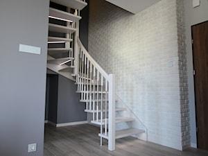 I LOVE GREY - Małe wąskie schody kręcone drewniane - zdjęcie od LOFT ART Izabela Balbus