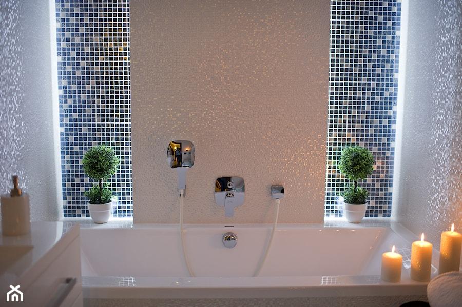 Aranżacje wnętrz - Łazienka: I LOVE WHITE - Mała biała beżowa niebieska łazienka - LOFT ART Izabela Balbus. Przeglądaj, dodawaj i zapisuj najlepsze zdjęcia, pomysły i inspiracje designerskie. W bazie mamy już prawie milion fotografii!