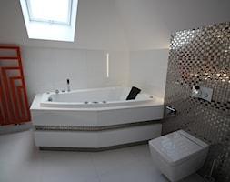 I LOVE ART - Średnia biała łazienka na poddaszu w domu jednorodzinnym z oknem - zdjęcie od LOFT ART Izabela Balbus