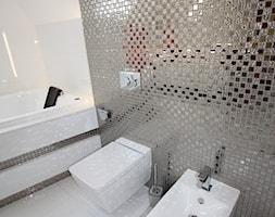 I LOVE ART - Średnia biała łazienka - zdjęcie od LOFT ART Izabela Balbus