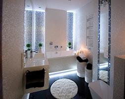 I LOVE WHITE - Mała biała niebieska łazienka - zdjęcie od LOFT ART Izabela Balbus