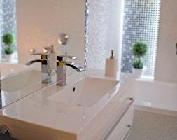 I LOVE WHITE - Mała beżowa kolorowa łazienka w bloku bez okna - zdjęcie od LOFT ART Izabela Balbus