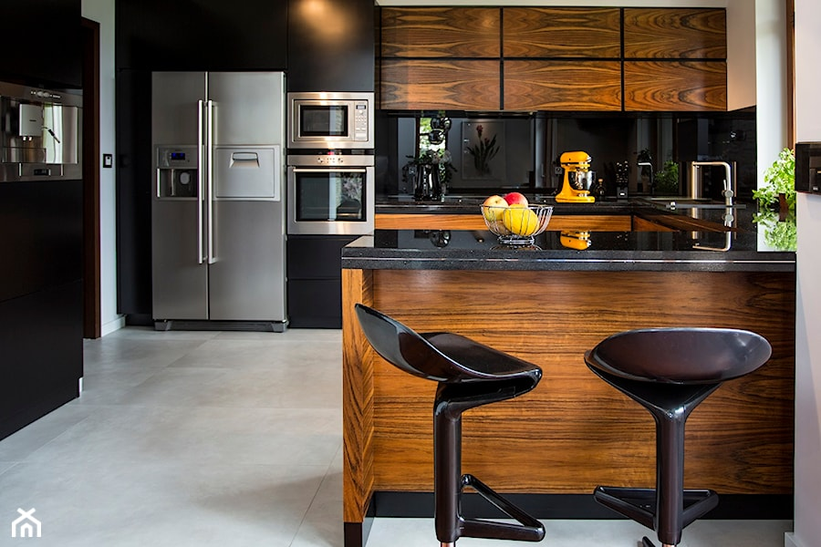 Aranżacje wnętrz - Kuchnia: STARE BABICE - Średnia otwarta czarna kuchnia w kształcie litery u w aneksie, styl nowoczesny - Hekkelstrand. Przeglądaj, dodawaj i zapisuj najlepsze zdjęcia, pomysły i inspiracje designerskie. W bazie mamy już prawie milion fotografii!