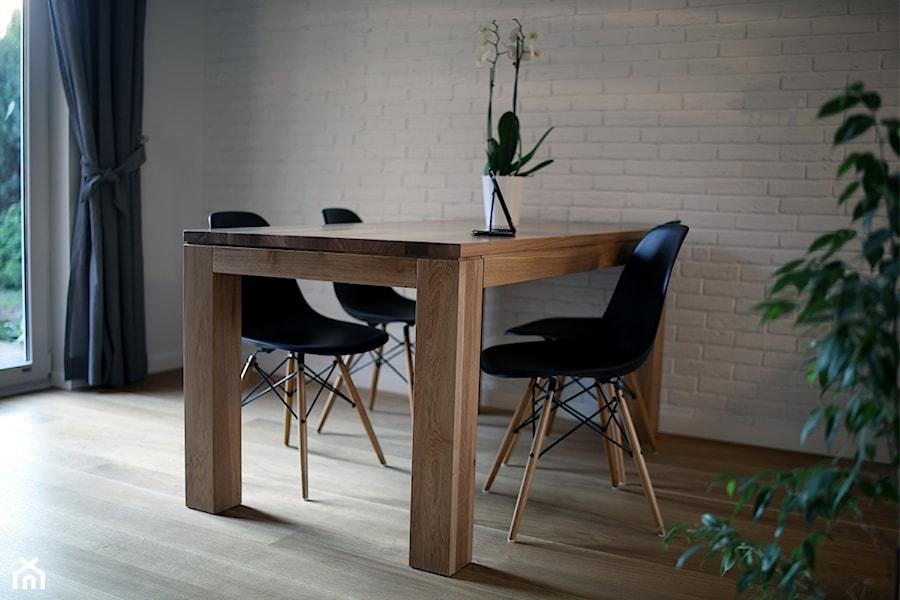 Aranżacje wnętrz - Jadalnia: CHOSZCZÓWKA - Mała otwarta biała jadalnia w salonie, styl skandynawski - Hekkelstrand. Przeglądaj, dodawaj i zapisuj najlepsze zdjęcia, pomysły i inspiracje designerskie. W bazie mamy już prawie milion fotografii!