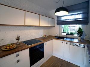 CHOSZCZÓWKA - Średnia zamknięta wąska biała kuchnia w kształcie litery u, styl skandynawski - zdjęcie od Hekkelstrand