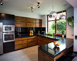 STARE BABICE - Duża otwarta biała czarna kuchnia w kształcie litery u w aneksie, styl nowoczesny - zdjęcie od Hekkelstrand