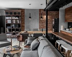 Apartament w Gdańsku - Średni szary salon z bibiloteczką z kuchnią z jadalnią, styl industrialny - zdjęcie od SIKORA