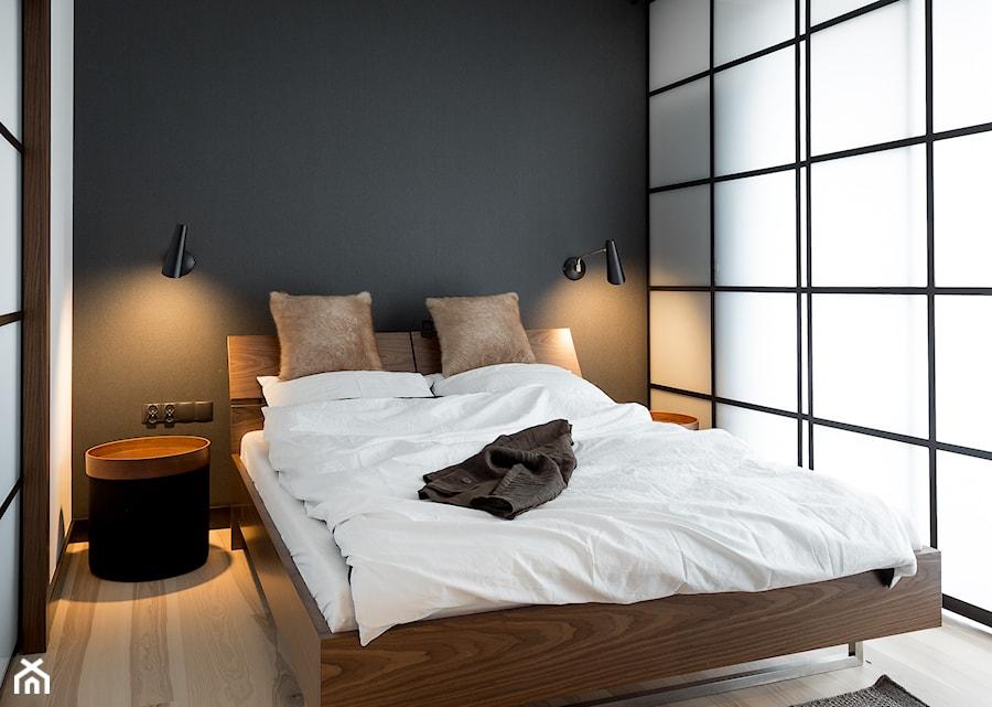 Apartament w Gdańsku - Mała biała czarna sypialnia małżeńska, styl nowoczesny - zdjęcie od SIKORA