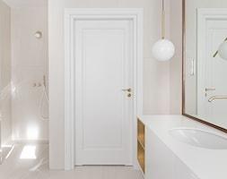 Gdyńska Modernistyczna Willa - Mała łazienka w bloku w domu jednorodzinnym bez okna, styl klasyczny - zdjęcie od SIKORA