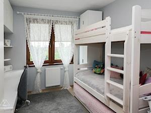 METAMORFOZA POKOJU TRÓJKI RODZEŃSTWA - Mały biały szary pokój dziecka dla dziewczynki dla rodzeństwa dla malucha dla nastolatka, styl tradycyjny - zdjęcie od ADS HOME CONCEPT