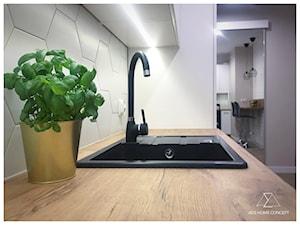 PROJEKT MIESZKANIA 42m2 - RYNEK PIERWOTNY - Średnia otwarta wąska biała beżowa kuchnia w kształcie litery u - zdjęcie od ADS HOME CONCEPT