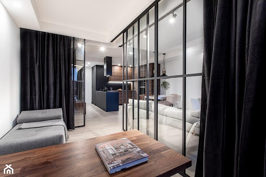 Orzech amerykański - Małe białe biuro kącik do pracy w pokoju, styl minimalistyczny - zdjęcie od emDesign home & decoration