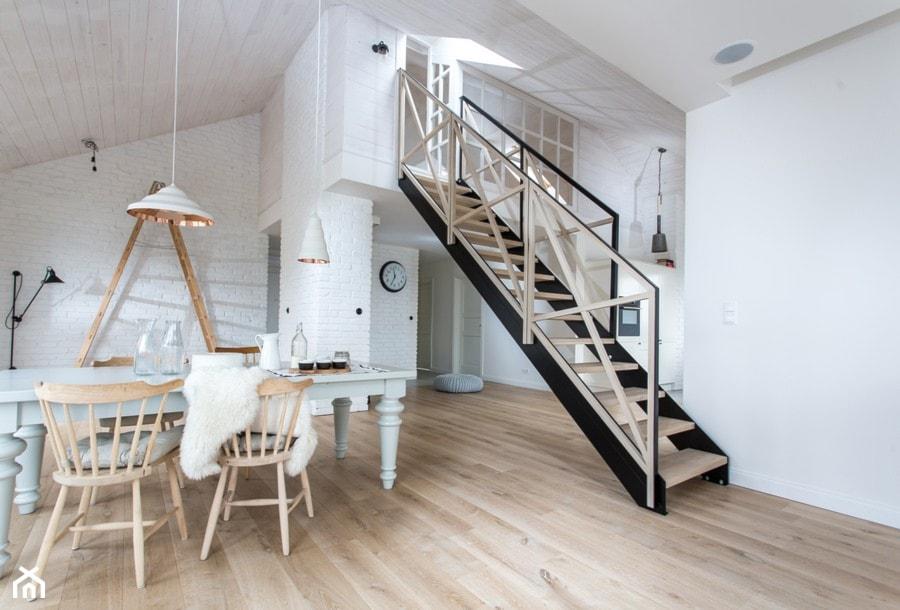 Dom na wsi - Mały biały salon z jadalnią, styl skandynawski - zdjęcie od emDesign home & decoration - Homebook