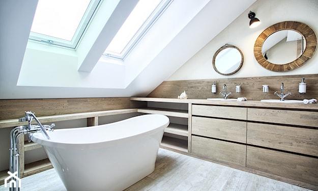 łazienka na poddaszu w stylu eklektycznym