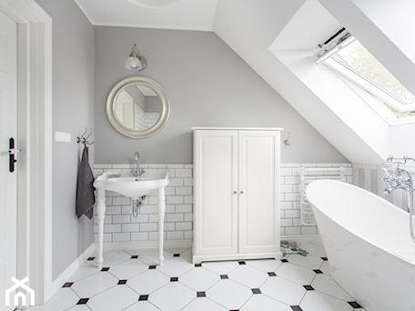 Aranżacje wnętrz - Łazienka: Dom nad Wisłą - Średnia biała szara łazienka na poddaszu w domu jednorodzinnym z oknem, styl skandynawski - emDesign home & decoration. Przeglądaj, dodawaj i zapisuj najlepsze zdjęcia, pomysły i inspiracje designerskie. W bazie mamy już prawie milion fotografii!