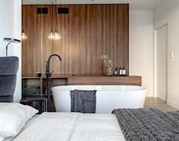 Orzech amerykański - Średnia biała sypialnia małżeńska, styl minimalistyczny - zdjęcie od emDesign home & decoration - Homebook