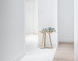 Carrara - Średni biały hol / przedpokój, styl minimalistyczny - zdjęcie od emDesign home & decoration - Homebook