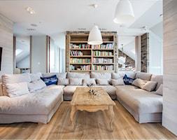 Apartament 120 - Duży biały beżowy salon z bibiloteczką, styl eklektyczny - zdjęcie od emDesign home & decoration - Homebook