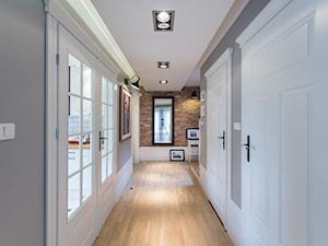 Dom nad Wisłą - Średni brązowy szary hol / przedpokój, styl skandynawski - zdjęcie od emDesign home & decoration