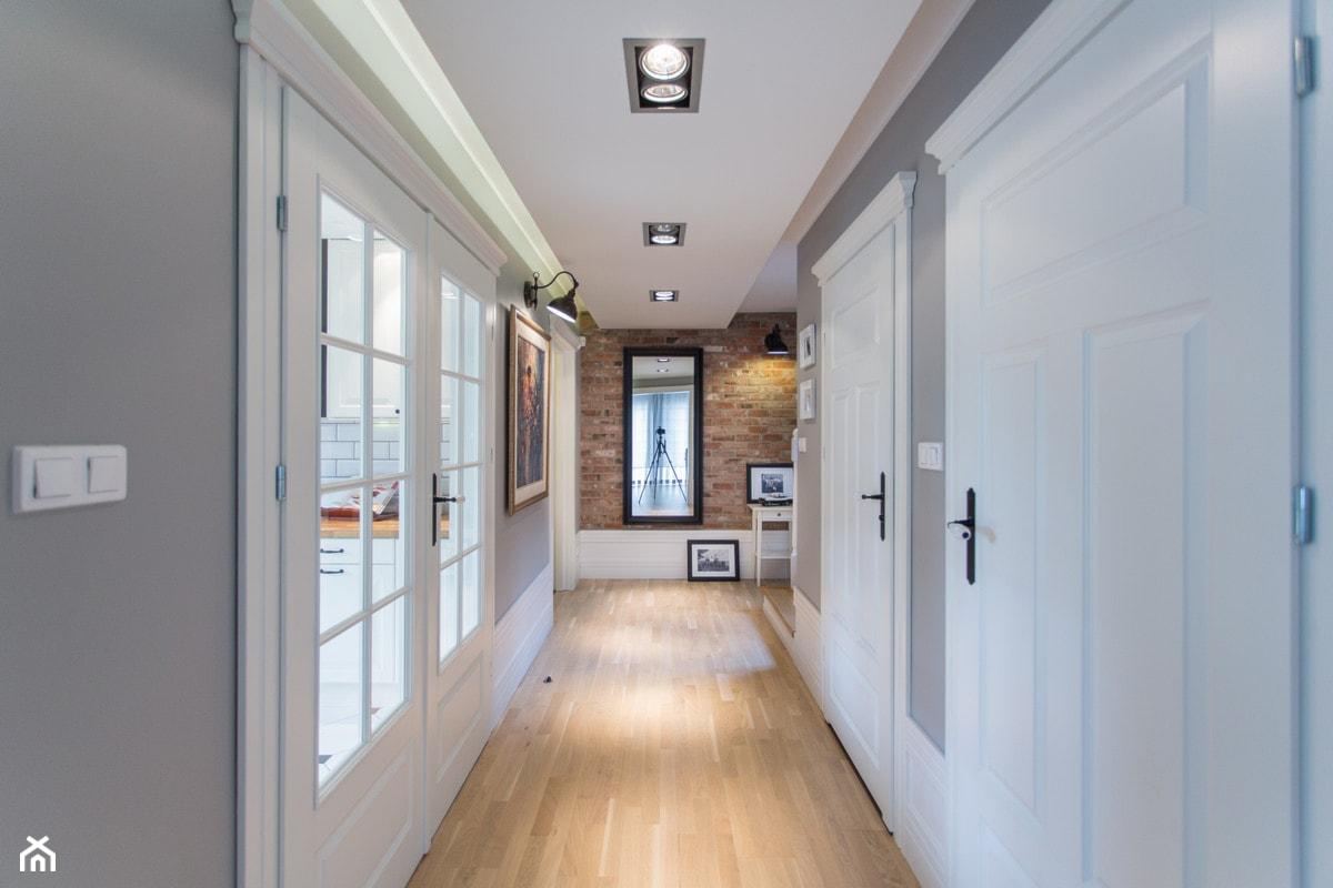 Dom nad Wisłą - Średni brązowy szary hol / przedpokój, styl skandynawski - zdjęcie od emDesign home & decoration - Homebook