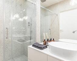 Orzech amerykański - Mała łazienka w bloku w domu jednorodzinnym bez okna, styl minimalistyczny - zdjęcie od emDesign home & decoration - Homebook
