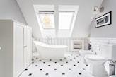 biała łazienka na poddaszu, wanna wolnostojąca, białe kafelki