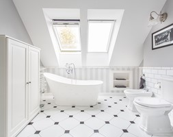 4b0234a26593f8 Dom nad Wisłą - Średnia biała szara łazienka na poddaszu w domu  jednorodzinnym z oknem, styl skandynawski - zdjęcie od emDesign home &  decoration