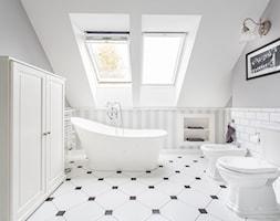 Dom nad Wisłą - Średnia biała szara łazienka na poddaszu w domu jednorodzinnym z oknem, styl skandynawski - zdjęcie od emDesign home & decoration