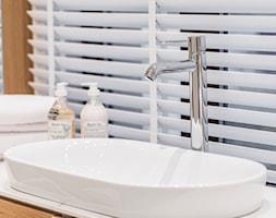 Carrara - Łazienka z oknem, styl minimalistyczny - zdjęcie od emDesign home & decoration - Homebook