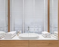 Carrara - Łazienka w bloku w domu jednorodzinnym jako domowe spa z oknem, styl minimalistyczny - zdjęcie od emDesign home & decoration - Homebook