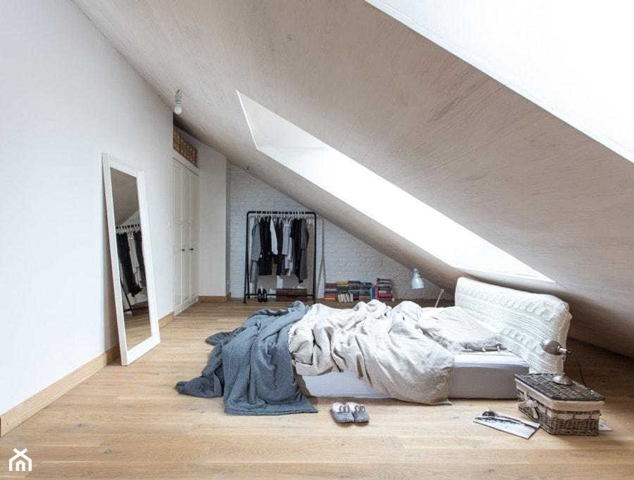 Dom na wsi - Duża biała sypialnia małżeńska na poddaszu, styl skandynawski - zdjęcie od emDesign home & decoration - Homebook
