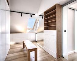 Apartament 140 - Średnia zamknięta garderoba z oknem przy sypialni, styl minimalistyczny - zdjęcie od emDesign home & decoration