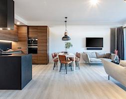 Orzech amerykański - Duży biały salon z kuchnią z jadalnią, styl minimalistyczny - zdjęcie od emDesign home & decoration - Homebook