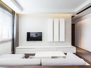 apartament 55 - Mały średni biały beżowy salon, styl minimalistyczny - zdjęcie od emDesign home & decoration