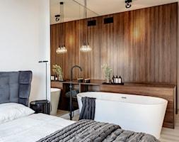 Orzech amerykański - Duża biała sypialnia małżeńska z łazienką, styl minimalistyczny - zdjęcie od emDesign home & decoration - Homebook