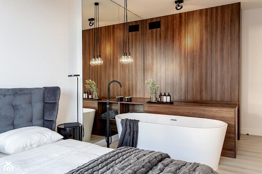 Orzech amerykański - Duża biała sypialnia małżeńska z łazienką, styl minimalistyczny - zdjęcie od emDesign home & decoration