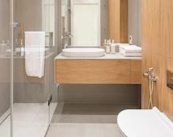 Carrara - Mała szara łazienka w bloku w domu jednorodzinnym bez okna, styl minimalistyczny - zdjęcie od emDesign home & decoration - Homebook
