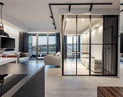Orzech amerykański - Średni szary salon z kuchnią z jadalnią z tarasem / balkonem, styl minimalist ... - zdjęcie od emDesign home & decoration - Homebook