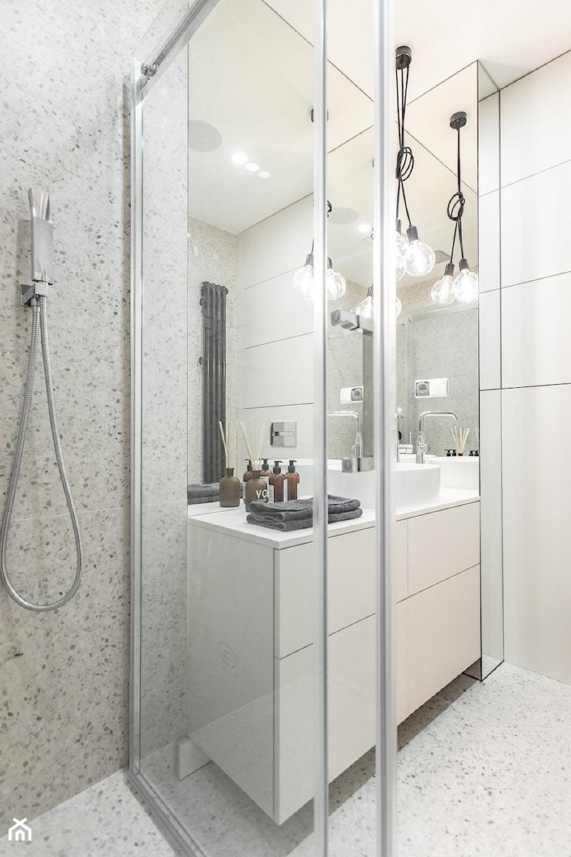 Orzech amerykański - Mała łazienka w bloku w domu jednorodzinnym bez okna, styl minimalistyczny - zdjęcie od emDesign home & decoration