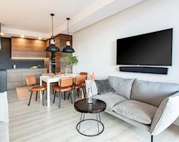 Orzech amerykański - Mały szary salon z kuchnią z jadalnią, styl minimalistyczny - zdjęcie od emDesign home & decoration - Homebook