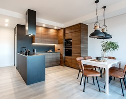 Orzech amerykański - Średnia otwarta biała czarna kuchnia w kształcie litery u w aneksie, styl min ... - zdjęcie od emDesign home & decoration - Homebook