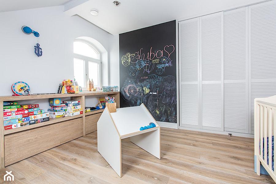 Apartament 120 - Średni biały pokój dziecka dla chłopca dla malucha, styl eklektyczny - zdjęcie od emDesign home & decoration
