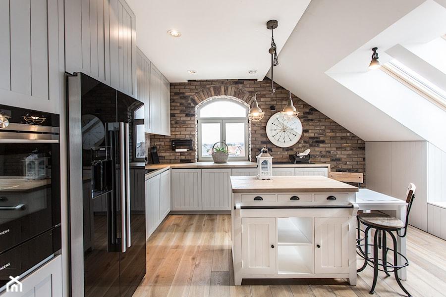 Apartament 120 - Duża biała brązowa kuchnia w kształcie litery l z wyspą, styl eklektyczny - zdjęcie od emDesign home & decoration