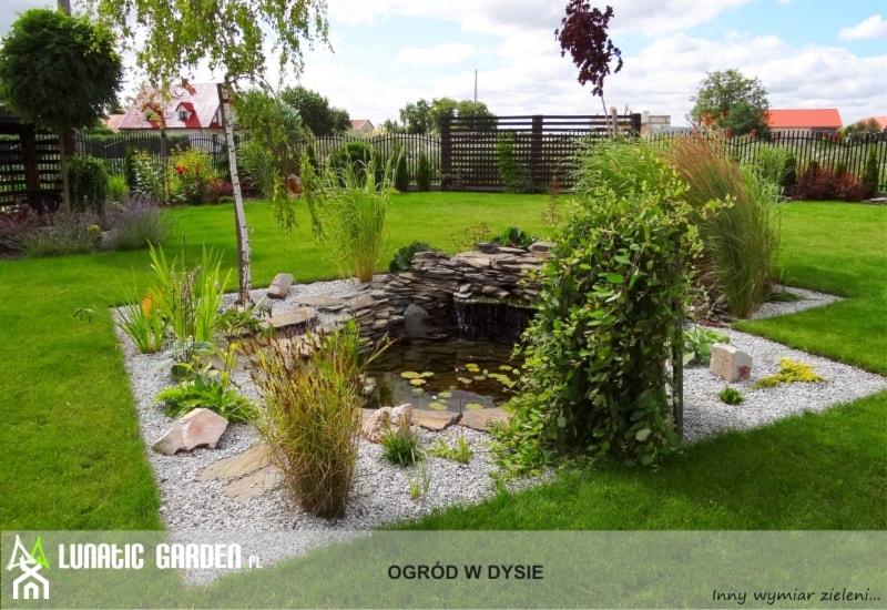 Ogród z pionowym skalniakiem - Duży ogród za domem japoński - zdjęcie od Lunatic Garden