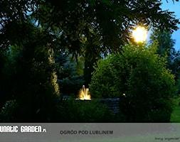 Ogród pod Lublinem - Średni ogród za domem tropikalny z oczkiem wodnym - zdjęcie od Lunatic Garden