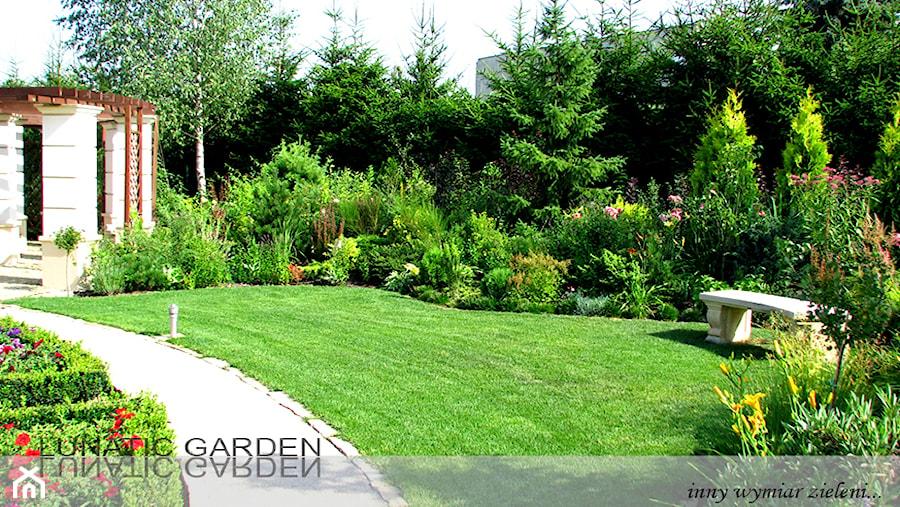 Aranżacje wnętrz - Ogród: Ogród - Średni ogród za domem z altaną - Lunatic Garden. Przeglądaj, dodawaj i zapisuj najlepsze zdjęcia, pomysły i inspiracje designerskie. W bazie mamy już prawie milion fotografii!