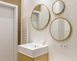 Nowe Orłowo 3 - Gdynia - Mała biała żółta łazienka na poddaszu w bloku w domu jednorodzinnym bez okna, styl nowoczesny - zdjęcie od Anna Maria Sokołowska Architektura Wnętrz (dawniej Pracownia Projektowa Dragon Art )