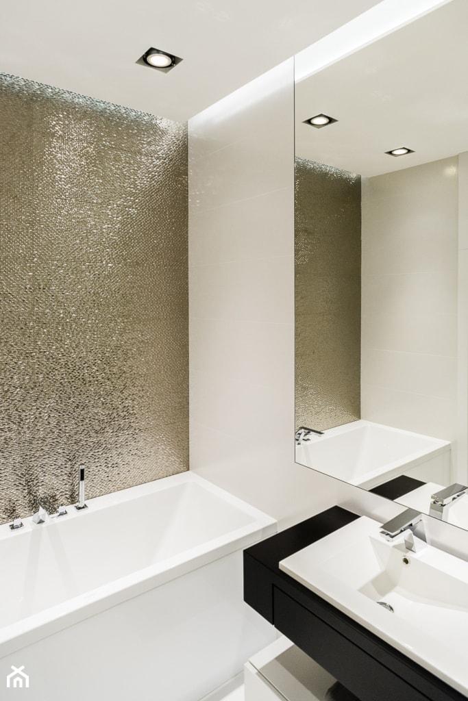 mieszkanie prywatne 4 pokoje - Nowe Orłowo - Gdynia - KONKURS WNĘTRZE MIASTA - Mała biała łazienka w bloku bez okna, styl minimalistyczny - zdjęcie od Anna Maria Sokołowska Architektura Wnętrz (dawniej Pracownia Projektowa Dragon Art )