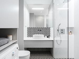 Chmielna Park 2, Gdańsk - Mała biała czarna łazienka na poddaszu w bloku w domu jednorodzinnym bez okna, styl nowoczesny - zdjęcie od Anna Maria Sokołowska Architektura Wnętrz (dawniej Pracownia Projektowa Dragon Art )