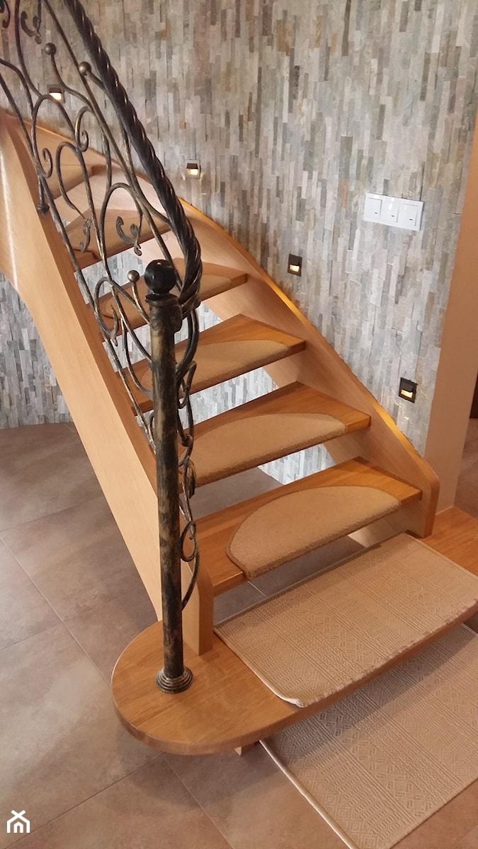 Aranżacje wnętrz - Schody: Policzkowe schody gięte - Jarosz-schody. Przeglądaj, dodawaj i zapisuj najlepsze zdjęcia, pomysły i inspiracje designerskie. W bazie mamy już prawie milion fotografii!